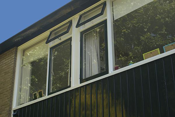 Doorzonwoning met houten panelen geschilderd door Van Reemst schilder Bennkom