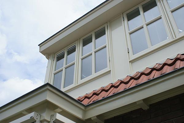 Stijlvolle dakkapellen recent geschilderd door Van Reemst.