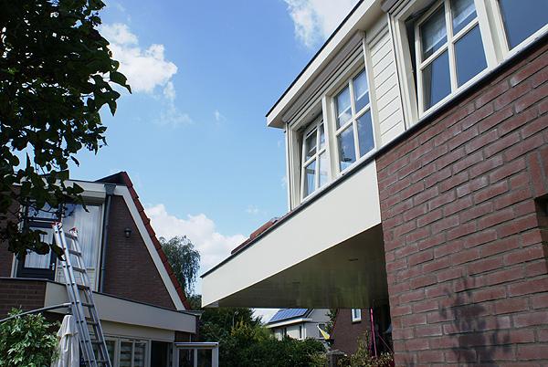 Vrijstaande schuur met opbouw en mooie dakkapellen. Recent geschilderd door Van Reemst.