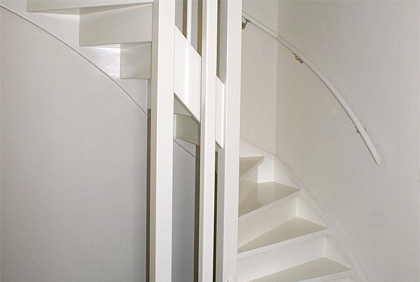 Houten trap geschilderd in RAL 9010 door Schildersbedrijf Van Reemst