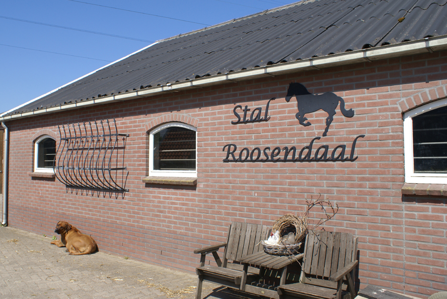 Stal met logo van Stal Roosendaal erop