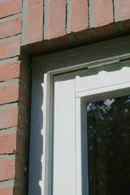 Closeup van een mooi geschilderd raamkozijn.