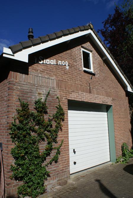 Garage in het oude woonhuis.