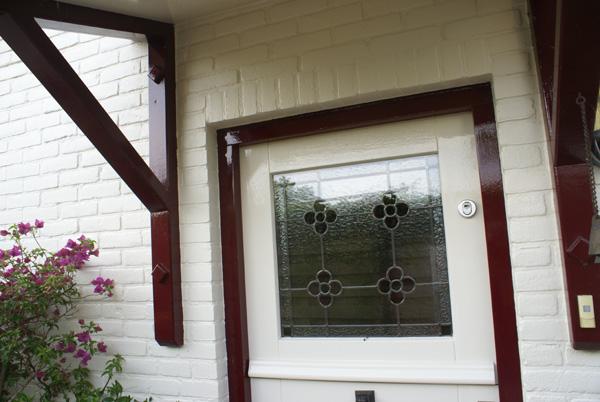 Schilderwerk voordeur uitgebouwd huis