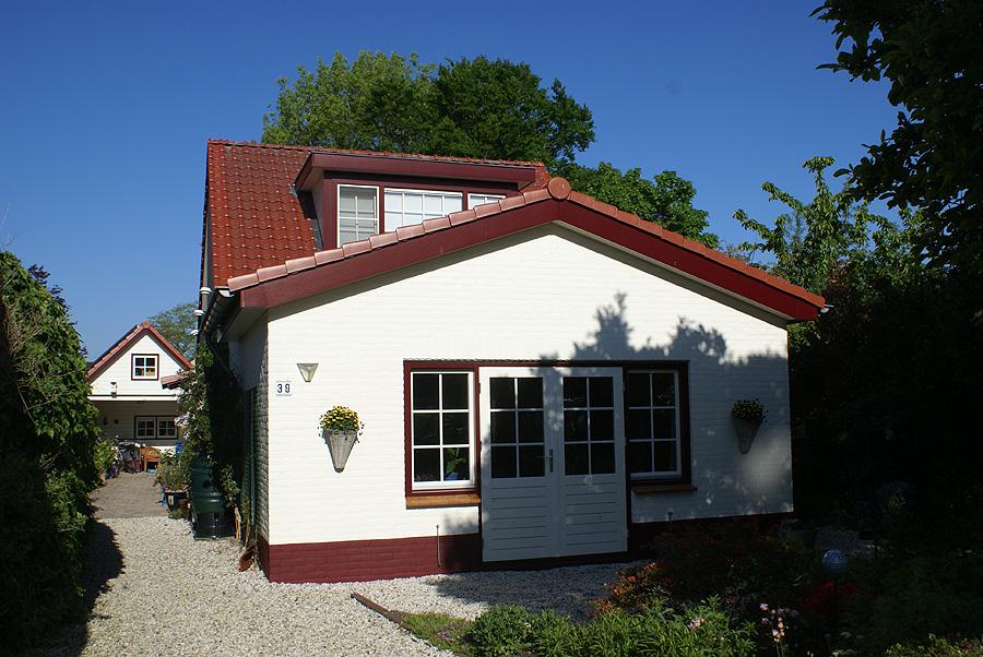 Uitgebouwd huis, een bloemenhuis pas geschilderd door Van Reemst.